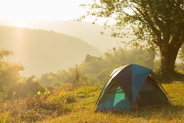 Camping au milieu des montagnes