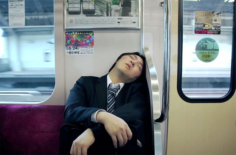 Dormir dans le Métro de Tokyo