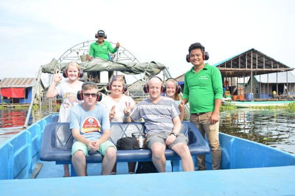 Samnorp et son frère Samnang, accompagnés des touristes du jour. ©Site internet komnob airboat tours.