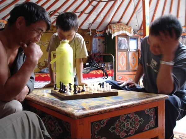 Les Mongols pratiquent le jeu d'échecs